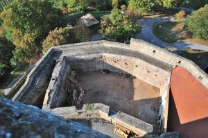 Blick auf den Burghof und auf die Südliche Ringmauer